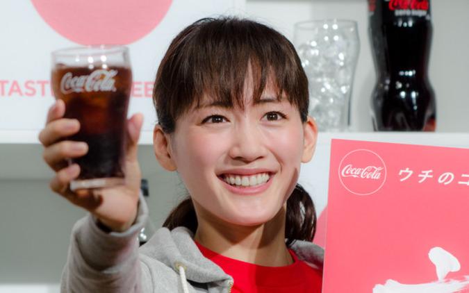 綾瀬はるか、コカ・コーラで乾杯…新成人へのメッセージ「ワクワクすることをして」 画像