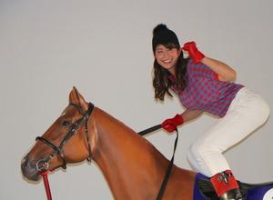 神スイングの稲村亜美、神騎乗は?「太ももヤバい」…マカヒキ応援プロジェクトに参加 画像