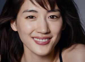 綾瀬はるか、新CMはセクシーな黒のタンクトップで登場 SK-II 画像