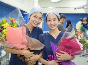 相武紗季&吉岡里帆がクランクアップ「白衣で終わりたかった」… レディ・ダ・ヴィンチの診断 画像