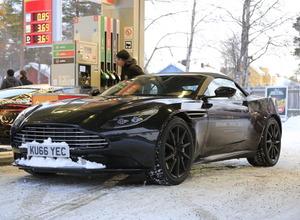 偽装車に謎のメッセージ...アストンマーティン、DB11にオープンモデルを示唆! 画像