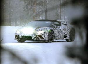 ランボルギーニ新型「ペルフォマンテ」、厳冬のスカンジナビアにプロトタイプの姿! 画像