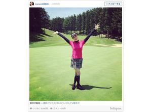 橋本マナミ、軽井沢でセクシーなミニスカ ゴルフウエア姿を披露 画像