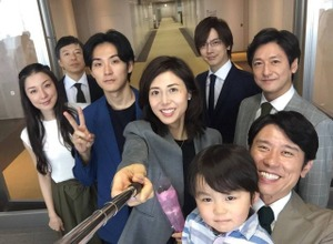 松嶋菜々子、セルカ棒初体験!共演者と自撮りショット公開 画像
