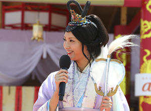 乙姫・菜々緒「いらっしゃ~い!」逗子海岸に龍宮城をテーマにした海の家誕生 画像