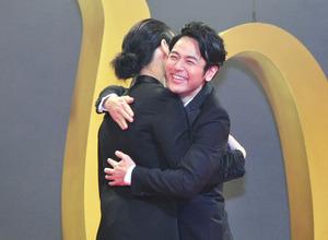 綾野剛、妻夫木聡とガッチリと抱擁! 役作りのための共同生活は「愛おしい時間」 画像