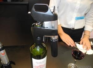 どういうこと?? コルク抜かずにワインが注げる器具が発売へ                 画像