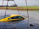 ドイツのジャーナリスト、2400万円のアウディR8 V10を川に突っ込む!【動画】 画像