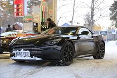 偽装車に謎のメッセージ...アストンマーティン、DB11にオープンモデルを示唆!