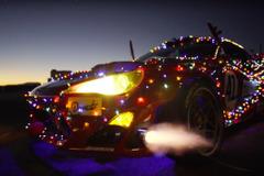 【動画】サンタも興奮!フェラーリ・チューンの電飾トヨタ86、爆走&ドリフト披露