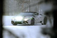 ランボルギーニ新型「ペルフォマンテ」、厳冬のスカンジナビアにプロトタイプの姿!