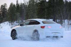 505馬力!メルセデス最強AMG GLC63クーペ新型、豪雪で爆走!