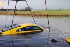 ドイツのジャーナリスト、2400万円のアウディR8 V10を川に突っ込む!【動画】