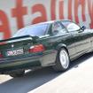 「M3 GT」(1995)「E36」をベースに登場、356台の限定車で、専用のフロント&リアスポイラーを装着、ブリティッシュ・レーシング・グリーンカラーが印象的なモデルだ。3リットル直列6気筒DOHCエンジン最高馬力 295ps
