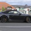 911GTS カブリオレ次期型新型911カレラのハイスペックモデルとなる、「GTS」のカブリオレバージョンを初公開。ヘッドライト、エンジンフード、バンパー、テールライトなど細部がリフレッシュされた改良新型は、ダウンサイジングされる3リットルボクサー6ターボエンジンを搭載し、現行モデルより高いパフォーマンスが期待されている。