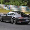 911 GT3改良新型 市販モデル「911」のハイパフォーマンスの一つ、「911GT3」改良新型の市販モデル。ポルシェ特有の化もラインナップが施されたボディの下には、最高馬力475ps/8250rmpを叩き出す、3.8リットルNAフラット6が搭載されている。この新型では、廃止されていた、MTモデルが復活する。