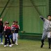 アディダスの野球教室で中日・高橋周平が指導(2016年12月3日)