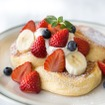 「奇跡のパンケーキ-季節のフレッシュフルーツ」(1,300円)