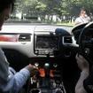 試乗車の装備や特徴についてスタッフから説明をうける
