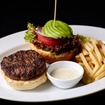 「37 ステーキハウス & バー」の「37 オリジナルバーガー アボカドトッピング」(1,800円)