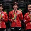 卓球団体で銅メダルを獲得した福原愛(左)、石川佳純(中央)、伊藤美誠(2016年8月16日)