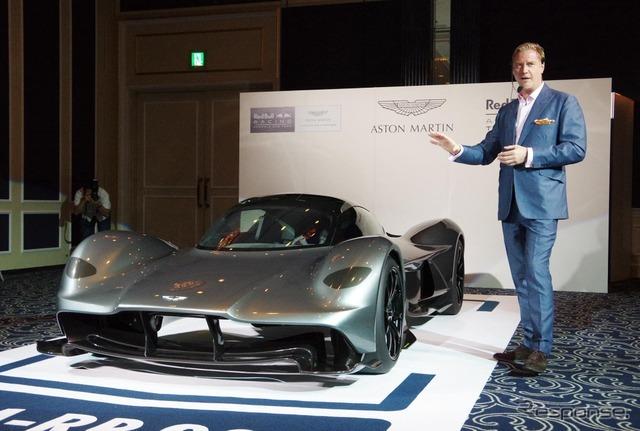 アストンマーティンのハイパーカー「AM-RB 001」と、デザイン責任者とつとめるマレク・ライヒマン氏