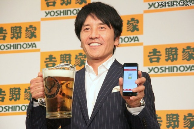 吉野家は20日、吉呑みを活性化させる新サービス「デジタルボトルキープ」を発表した。写真は同社 代表取締役社長の河村泰貴氏