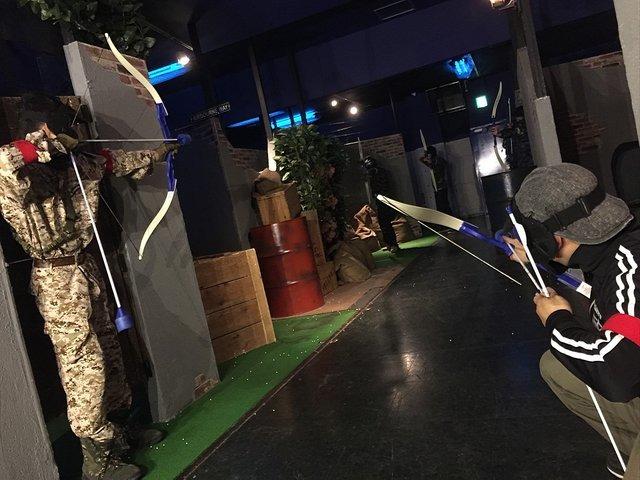 """弓矢でサバゲー! レジャー施設「CROSPO」に導入された""""セーフアーチェリー""""、矢がスポンジ製の安心設計"""