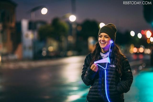 光ファイバ「Fibrance」を採用した、発光イヤホン「glow(グロウ)」