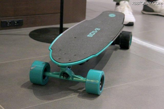 電動スケートボード「E-GO2(イーゴーツー)」。付属のリモコンやスマートフォンの専用アプリでコントロールできる