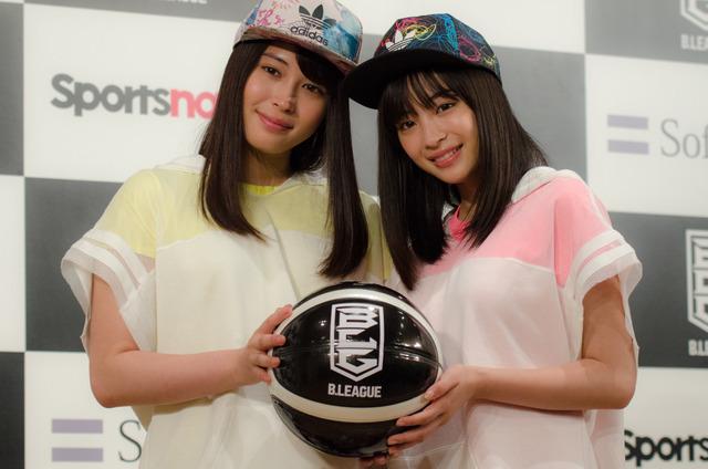 広瀬アリス(左)と広瀬すずがBリーグを応援(2016年5月24日)