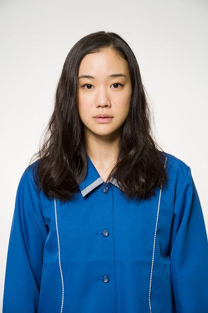 安曇春子に扮する蒼井優 (C)2016「アズミ・ハルコは行方不明」製作委員会