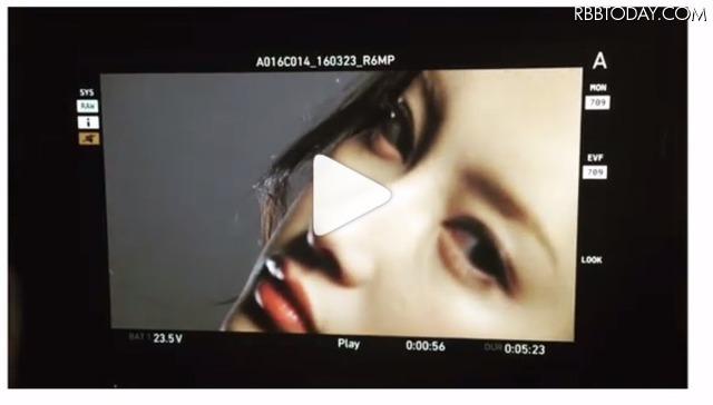 セクシーな瞳、首筋……菜々緒が「中身はひみつ」の気になるCM動画公開