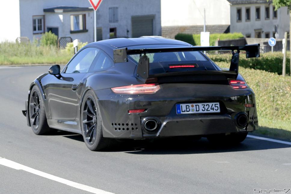 911 GT2 RS次期型ポルシェ「911」ラインナップ中、最強とも言える「911 GT2 RS」次期型だ。プロトタイプでは、擬装のため、カナードや大口ベンチレーション程度しか、確認出来ないが、ワールドプレミアでは、フルエアロキットで固められるだろう。その最強心臓部には、3.8リットルボクサー6ターボを搭載し、最高馬力はポルシェの市販車史上、最高の700psとも噂されているモンスターだ。