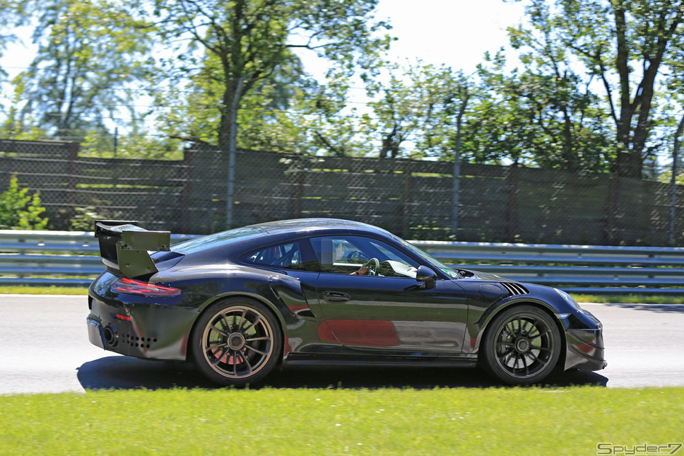 911GT3 RS 次期型エキゾーストパイプがセンターから両サイドへ移動、エアインテークの拡大、リアデュフューザーのデザインなど、細部がリデザインされた「911GT3 RS」次期型だ。パワートレインは、4.2リットルへアップされ、水平対向6気筒エンジンを搭載、最高馬力は525psに達する。車名は「911 GT3 RS 4.2」が有力とされている。