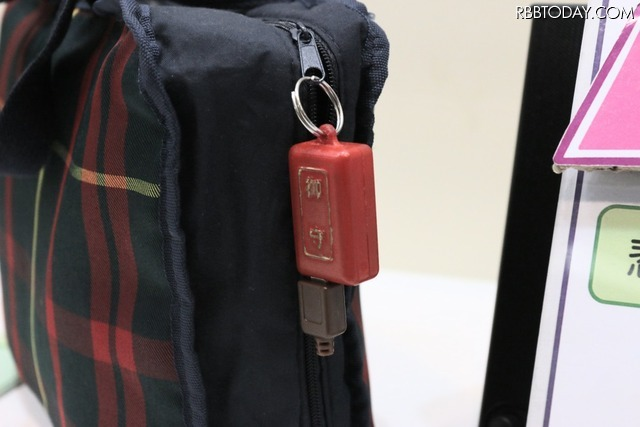 バッグやポーチに取り付け常時携帯できる小型サイズとなったことで、女性の防犯対策として幅広い状況に活用することができる(撮影:防犯システム取材班)