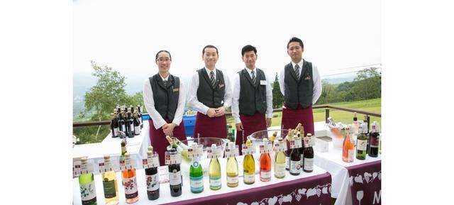 新潟、長野、山梨の3県からセレクトした国産ワイン20種以上を揃える