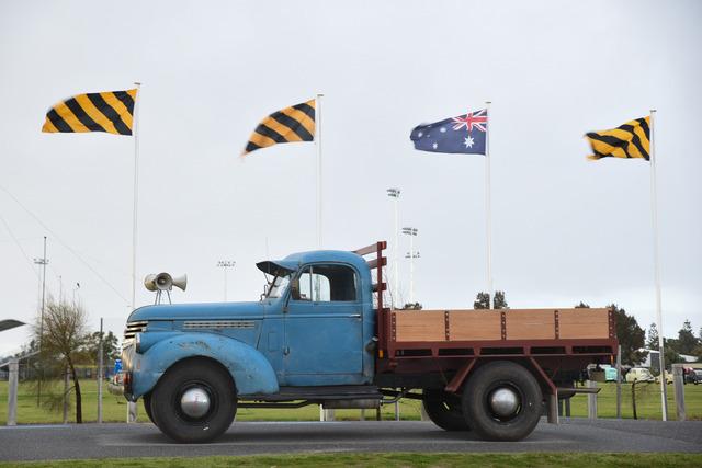 オーストラリアの国旗には古い車の方が似合ってる。。。