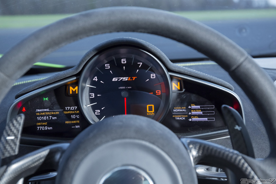 マクラーレン 675 LTマクラーレン史上最軽量かつ、最高級シリーズ。2015年ジュネーブモーターショーで正式公開。パワートレインは最高馬力675psを叩き出す、3.8リットルV型8気筒を搭載。最大トルクは71.4kgm/5,500-6,600rpm。