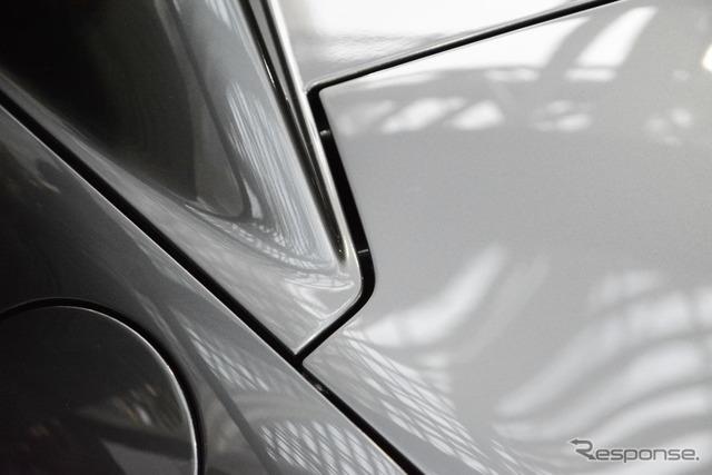 トランクリッド開口線はルーフラインを避けて切り欠かれ、台形状になっている