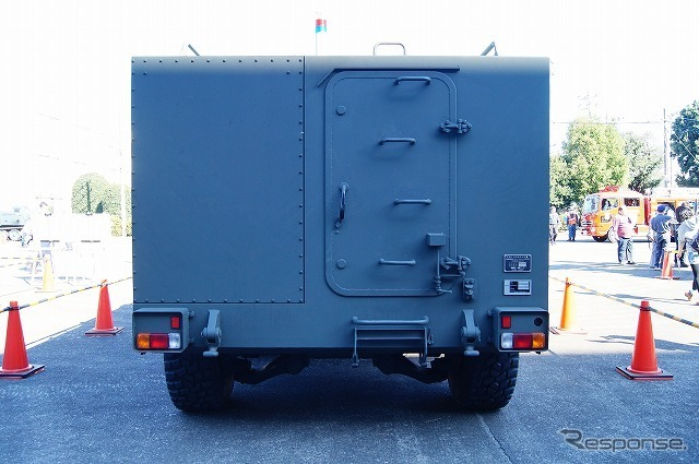 「対爆型の人員輸送仕様」と、低反動砲を搭載した「火砲型」の2種類があるが、この車両は前者に近い。