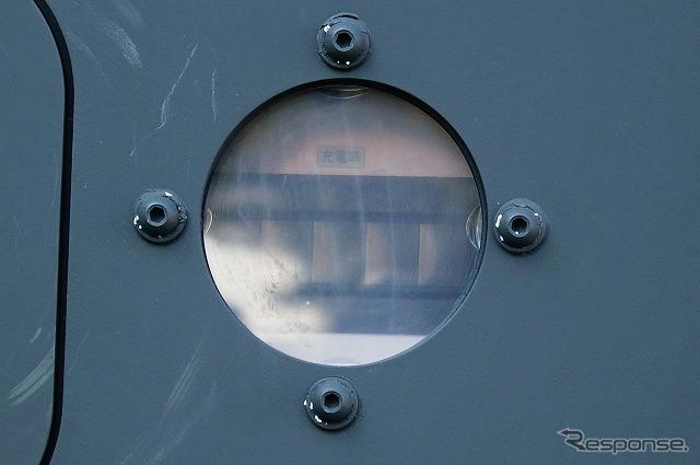 外から充電率を確認できる計器の窓が。