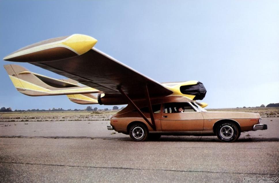 1974年「黄金銃を持つ男」「AMC ホーネット ハッチバック」がこのまま空を飛ぶという、ありえない発想がいかにもボンドカーらしい。
