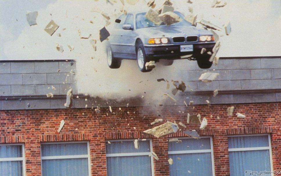 1997年 「トゥモロー・ネバー・ダイ」「BMW 750iL」。サンルーフから飛び出すミサイルや、エンブレムカッターなど007ならではの特殊兵器を装備。文字通りの「最強サルーン」だ。