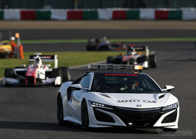 レース中、スーパーフォーミュラのマシン群を率いて走る「新型NSXセーフティカー」。
