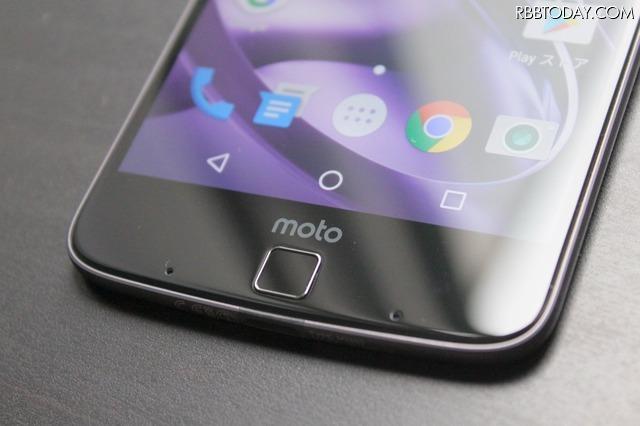 Moto Zは最薄部5.2mmの極薄ボディが特徴のハイスペック端末。約5.5インチのQHD有機ELディスプレイを搭載、ホームボタンには指紋リーダーを搭載。価格は91,810円
