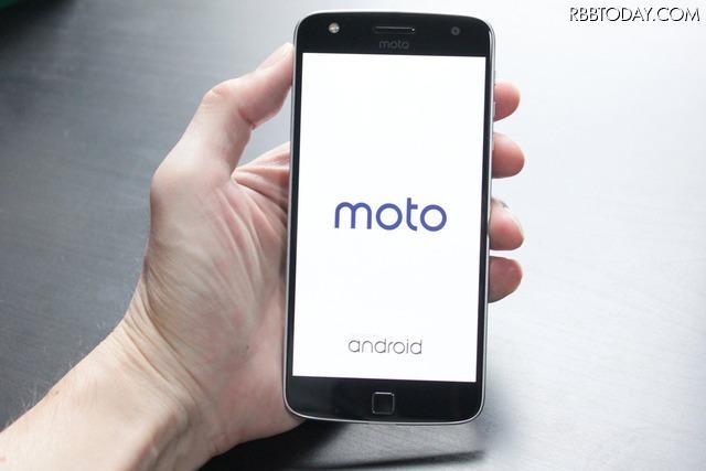 こちらはMoto Z Play。約5.5インチのHD有機ELディスプレイを搭載、バッテリー容量は3,510mAh。端末の下端に3.5mmイヤホンジャックを配置する。価格は58,104円