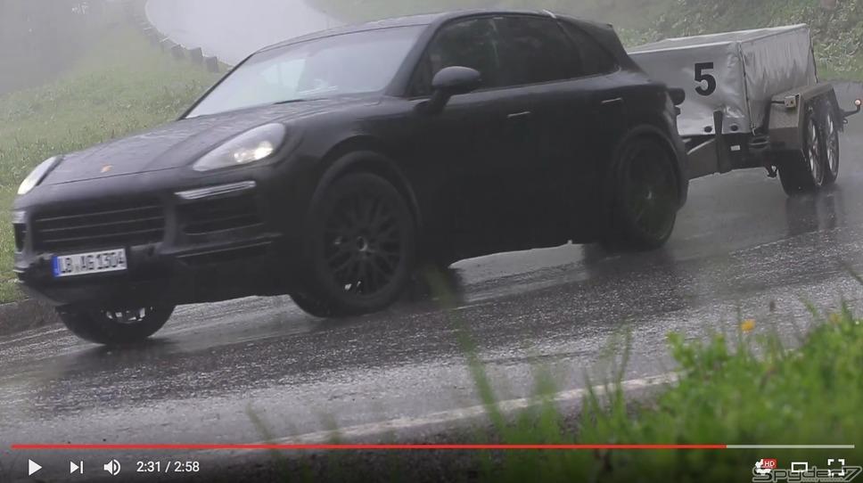 """ポルシェ カイエン 改良型、雨の山道で""""ひっぱる""""姿(スクリーンショット)"""