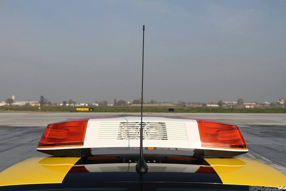 世界一贅沢な空港誘導車!ランボルギーニ ウラカンがボローニャ空港に登場
