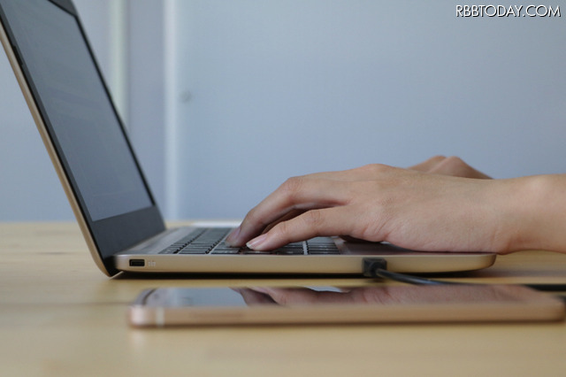 見た目はノートPC!? AndroidスマホをPCのように操作できるデバイス「Superbook」